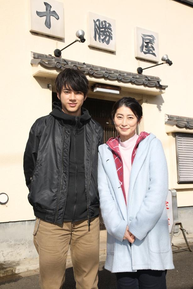 親子役でゲスト出演する仙道敦子(右)と山田裕貴(左)