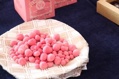 ラベルミエットのラズベリーホワイト(約115g)¥2,916。エアードライのラズベリーをホワイトチョコでコーティング