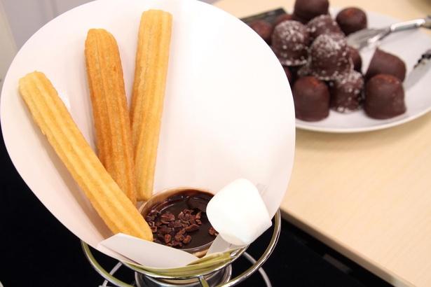 オリジナルチェロスとカカオ サンパカのコラボスイーツ。チョコレートドリンクがセットになっている