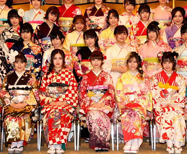 「AKB48グループ2019年新成人メンバー成人式記念撮影会」に出席した(写真前列左から)加藤美南、北川綾巴、荻野由佳、込山榛香、朝長美桜
