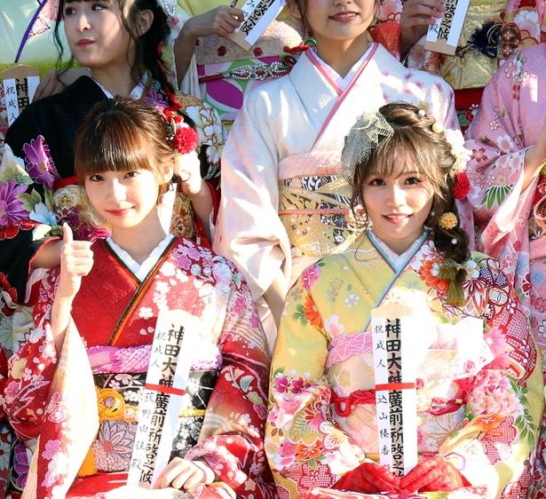 【写真を見る】笑顔を見せるNGT48・荻野由佳(写真左)とAKB48・込山榛香