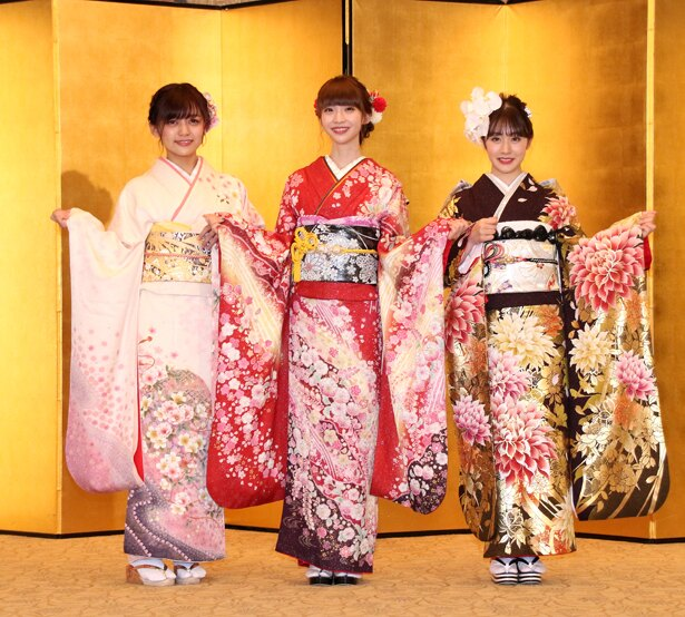「AKB48グループ2019年新成人メンバー成人式記念撮影会」に出席したNGT48の中村歩加、荻野由佳、加藤美南(写真左から)