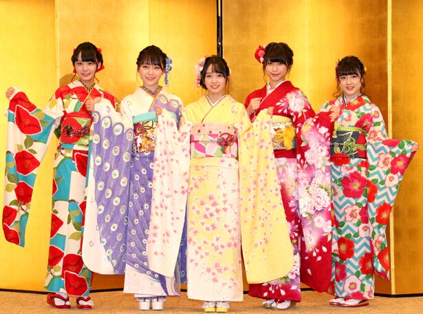 「AKB48グループ2019年新成人メンバー成人式記念撮影会」に出席したSTU48の福田朱里、土路生優里、石田みなみ、藤原あずさ、由良朱合(写真左から)