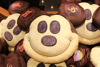 """大人気の""""ミッキーパン""""をイメージした「クッション」(3000円)。パンのようにフワフワの触り心地"""