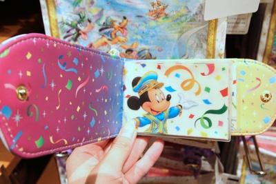 「パスケース」(1900円)の内面デザイン。カードを4枚収納できる