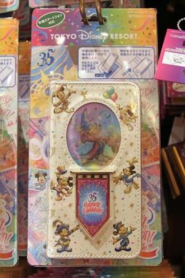 「スマートフォンケース」(3500円)は、見る角度によってミッキーマウスの絵が変化。全部で4パターンある