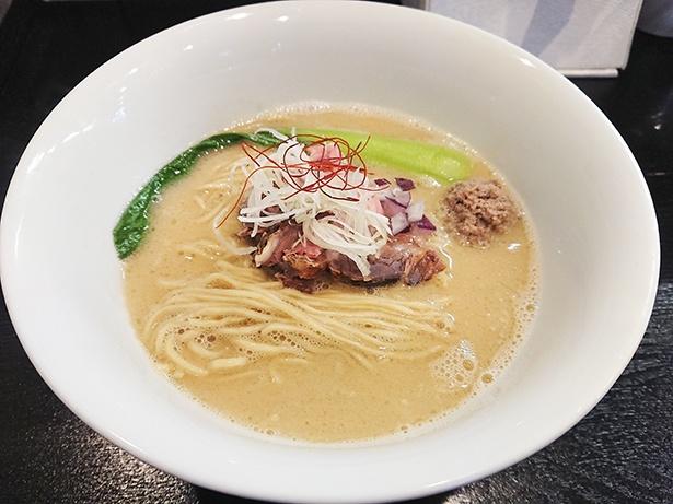 【写真を見る】53's猪白湯(1,000円)。スープの白とイノシシのレアチャーシュー&糸唐辛子の赤でお祝い仕様に