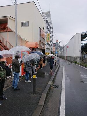 雨も降るなか開店前には約25人が並んだ