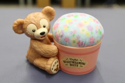 「ピンクッション」(2000円)。ダッフィーと一緒に手芸を楽しもう!