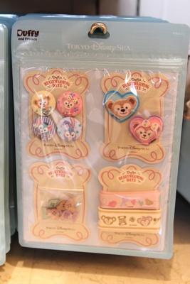 「手芸セット」(3000円)。くるみボタン4個、ボタン8個、ワッペン2個、リボン2本がセットに