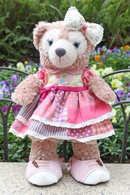 「コスチュームセット」(4800円)を着たシェリーメイ。ピンクを基調としたワンピースがお似合い! ※ぬいぐるみは別売り