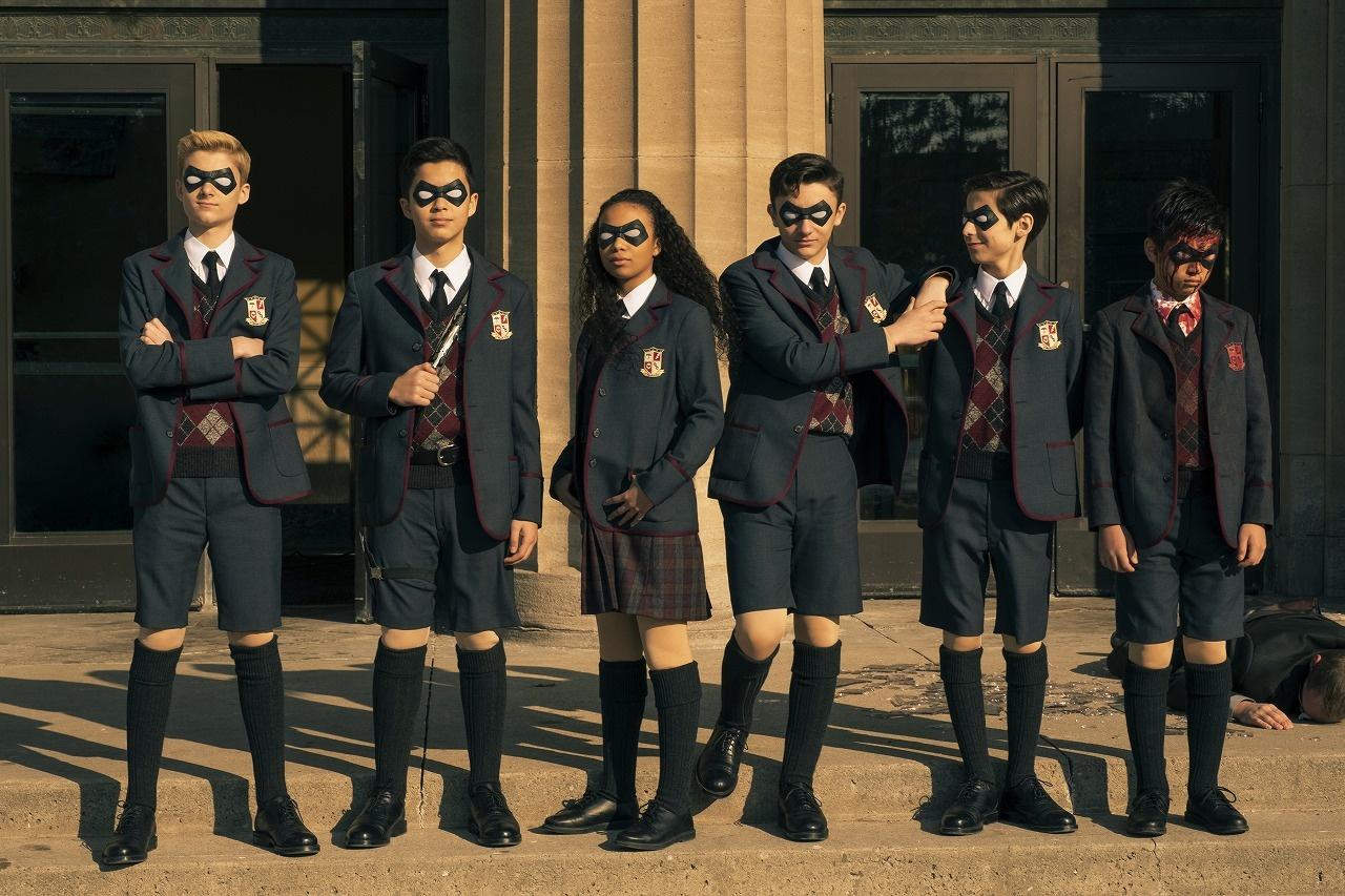 【写真を見る】血だらけのメンバーも!?子ども時代のスーパーヒーロー「アンブレラ・アカデミー」が勢ぞろい