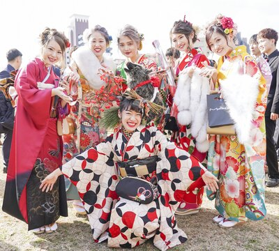 イノシシの飾りが目立っていた 北九州市の成人式で見つけた振袖美人