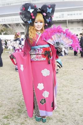北九州市の成人式で見つけた振袖美人 特注のリボンとピンクの晴れ着がかわいい里緒菜さん