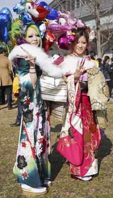 北九州市の成人式で見つけた振袖美人 奇抜なバルーンのヘアアレンジが目を引いたアイラさんとレオナさん