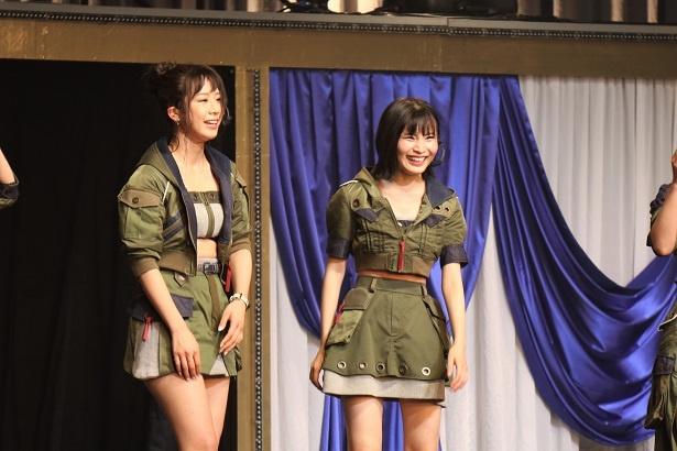 【写真を見る】11曲連続披露後、息を切らしながら話す大家志津香(左)