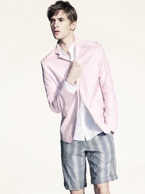 短パンにピンクのジャケットはオシャレ上級者(H&M2009年春夏コレクションより)