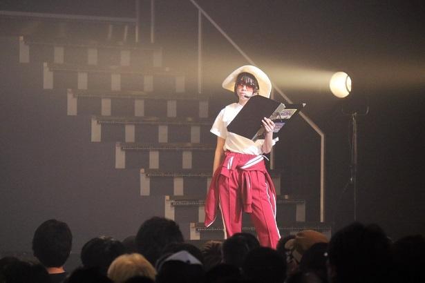 【写真を見る】MCの寸劇で教師役を務めた大西桃香