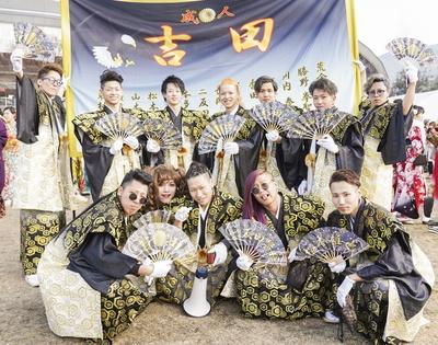 袴姿がかっこいい吉田中学校同級生のみなさん。よく見ると女装をした新成人も!