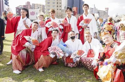 向洋中学校同級生のみなさんは、縁起の良い紅白の袴で登場!