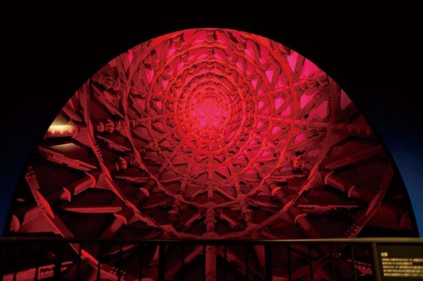 腕の内部。照明の効果によりサイバーな雰囲気に/太陽の塔