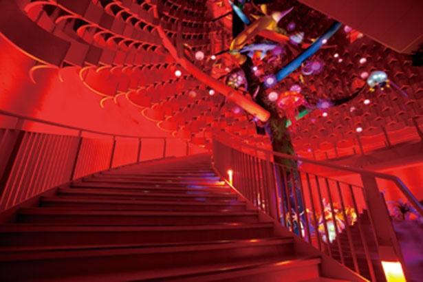 「生命の樹」の周りに作られた階段を上りながら鑑賞/太陽の塔