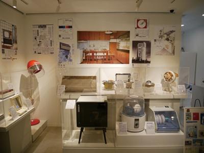 お座敷てんぷら鍋や自動卵ゆで器、食器洗い機、殺菌灯付食器乾燥機など、共働き世帯の増加がうかがえる/パナソニックミュージアム