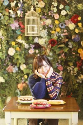 【写真を見る】「まるでお花畑にいるみたい!」キュートな店内にうっとりする青木詩織
