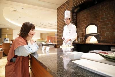 「焼きたてのピザが目の前に!石窯は富士山の溶岩石を使っているそう」