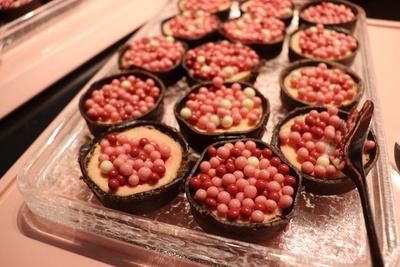 「ストロベリー・チークタルト」にトッピングされた丸いチョコは、サクサクっとしたパフのような食感