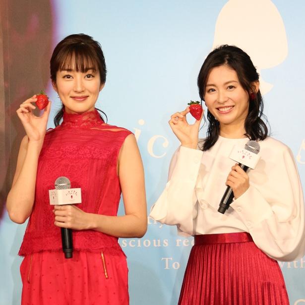 佐賀県が20年ぶりに開発したいちご「いちごさん」を手にする高梨臨と本仮屋ユイカ