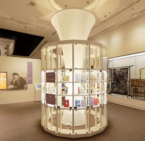 2階「与謝野晶子記念館」。詩歌の世界を映像と音声で体感できる。美術性に優れた著書の装幀は必見/さかい利晶の杜