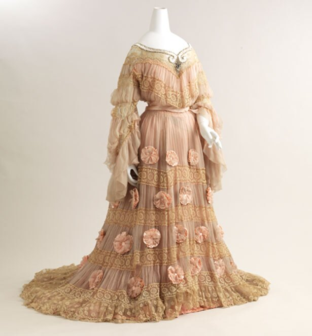 ジャック・ドゥーセ《イブニングドレス》19世紀末 絹、ビーズ、他 個人蔵/堺 アルフォンス・ミュシャ館