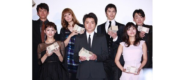 藤原竜也、綾瀬はるか、石原さとみらが1000万円の札束を手にフォトセッション