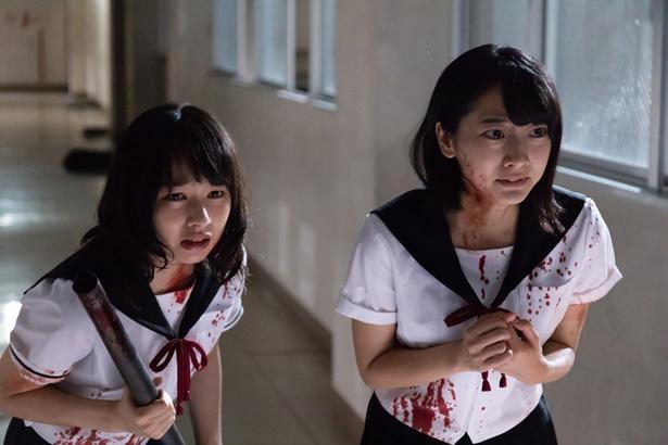 ドラマ「がっこう××× ~もうひとつのがっこうぐらし!~」でホラー作品に初挑戦した桜井日奈子(写真左)。真っ白なセーラー服が鮮血で真っ赤に