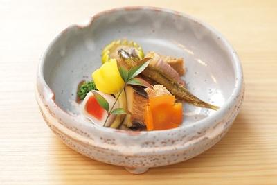 立春の前菜一例。なまこ、ほんもろし、鴨ロース、鯛の子、菜の花などに旬を感じる。夜は8000円コース、1万2000円コース、2万円コースがある