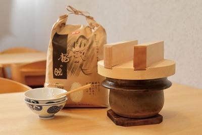 低農薬、有機費用栽培の米、龍の瞳を1組ごとに土鍋で焼く
