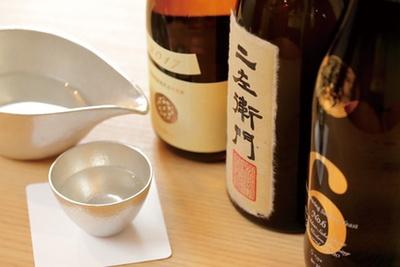 各地の酒(648円~)が並び、時には二左衛門のようなプレミア酒も
