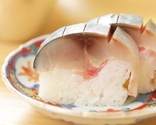 八戸のサバと村山造酢の千鳥酢をつかった鯖寿司は、つんとせずまろやか。全10品の、夜の1万2000円コースで供される
