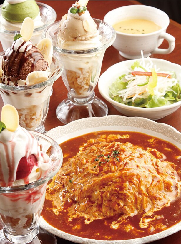 「カフェ モ・クレ」の「半熟卵のオムライスパフェランチ」(1030円)。サラダとパフェが付く。特製パフェは4種類のメニューのなかから選べる。※価格は2019年1月現在のものです