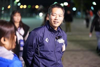 ホームゲームに足を運び、現場で学生を指導する内藤先生