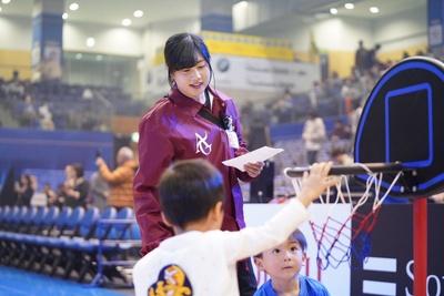 試合前後のコート開放で、子供たちと触れ合う学生たち