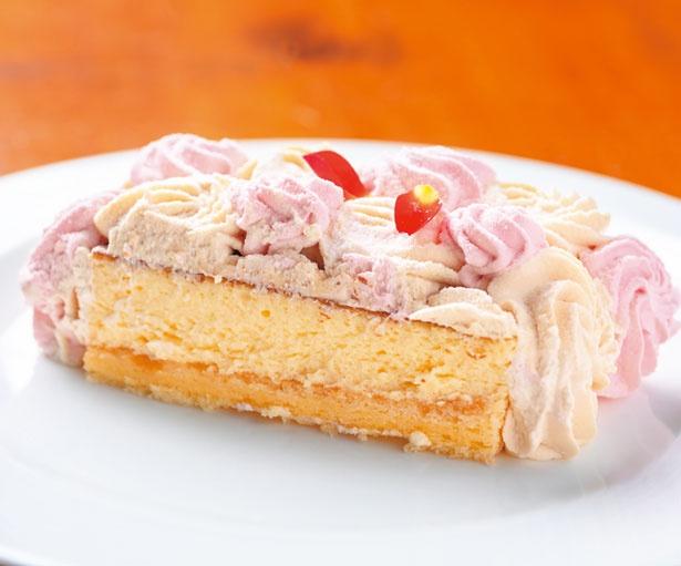 たっぷりの2種のクリームの下のチーズケーキは、口溶けも抜群/ザ・リッツ・カールトン大阪