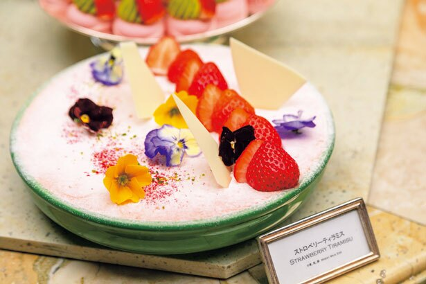 スプーンからこぼれ落ちそうなほどトロトロッとした食感が楽しいストロベリーティラミス/ザ・リッツ・カールトン大阪