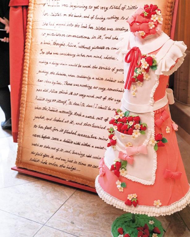 アリスの服を再現したオブジェもピンクのいちご仕様/ザ・リッツ・カールトン大阪