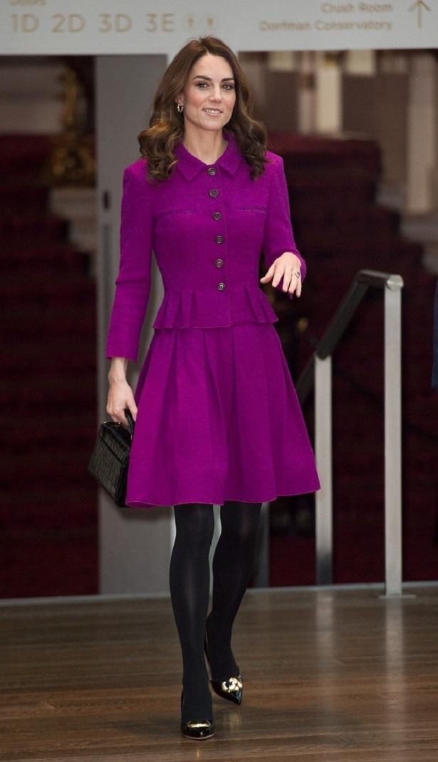 【写真を見る】赤紫の鮮やかなスーツで登場したキャサリン妃、足元のパンプスに注目すると…