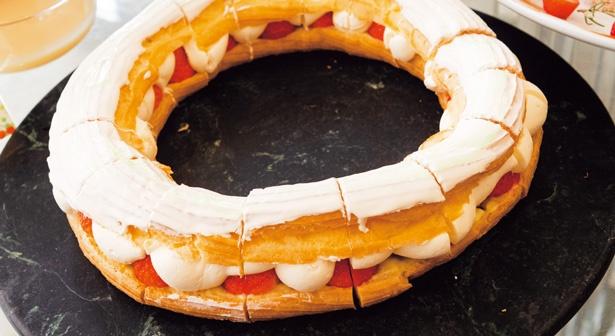 程よい甘さのチーズクリームとカスタード、いちごをサンド。ストロベリーチーズパリブレスト/ハイアットリージェンシー大阪