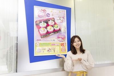 【写真を見る】店内で「'スヌーピー'ひなだんかざり」のポスターを発見!