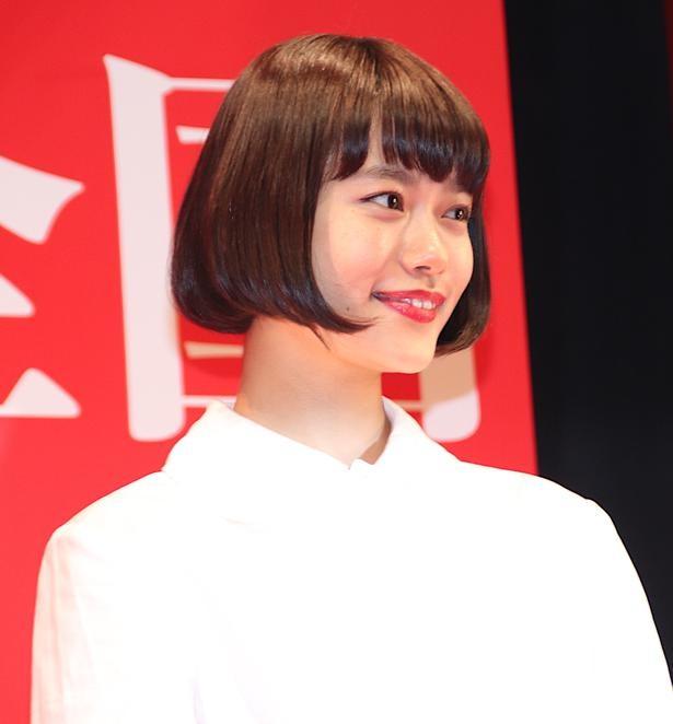 【写真を見る】ジャパンプレミアに登壇した杉咲花。劇中とは対照的な表情!