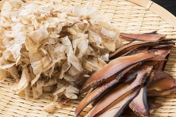 鹿児島・枕崎産のマグロ節を使用。荒削りはダシに力強いコクと旨味を、花マグロは豊かな香りを醸し出す